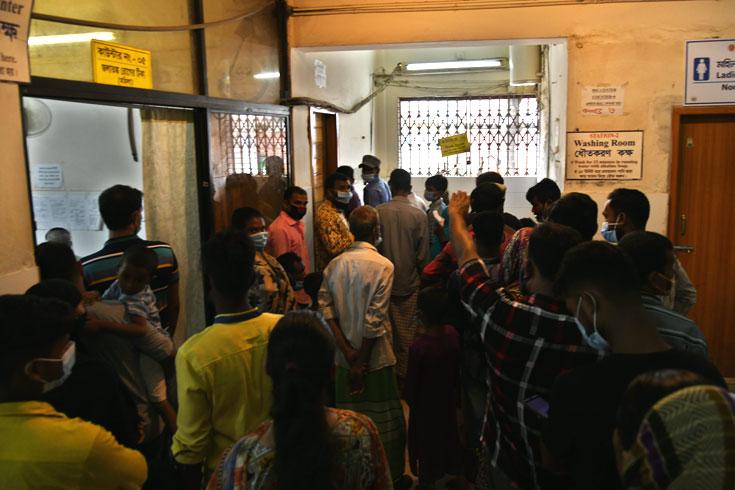 মহাখালীর সংক্রামক ব্যাধি হাসপাতালে প্রতিদিন জলাতঙ্কের টিকা নিতে আসেন ২০০ জনেরও বেশি