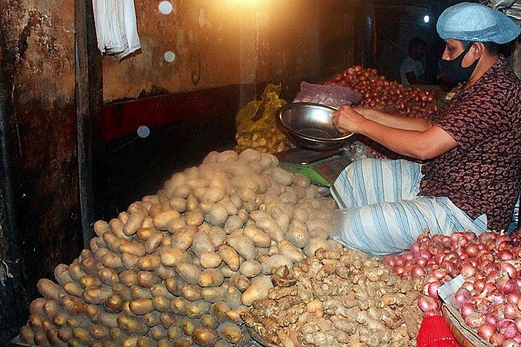 কারওয়ানবাজারে আলুর দোকান