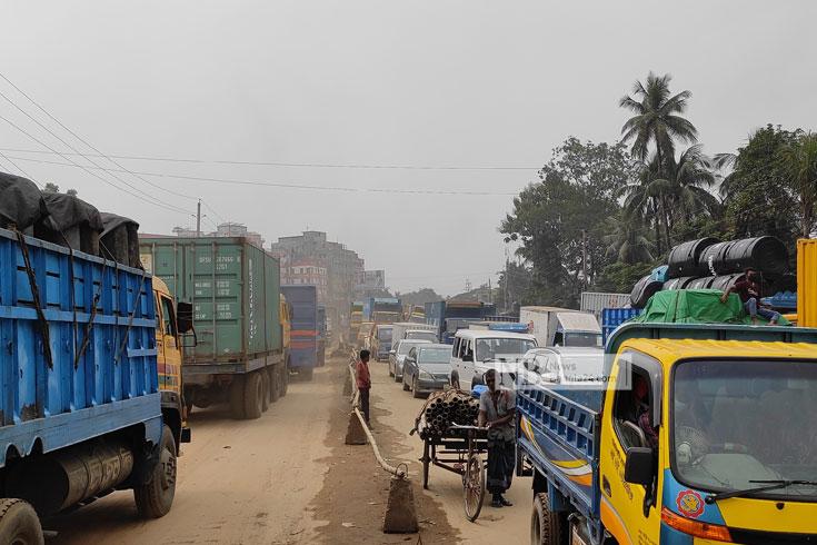 ঢাকা-ময়মনসিংহ মহাসড়কে তীব্র যানজট, যাত্রীদের দুর্ভোগ