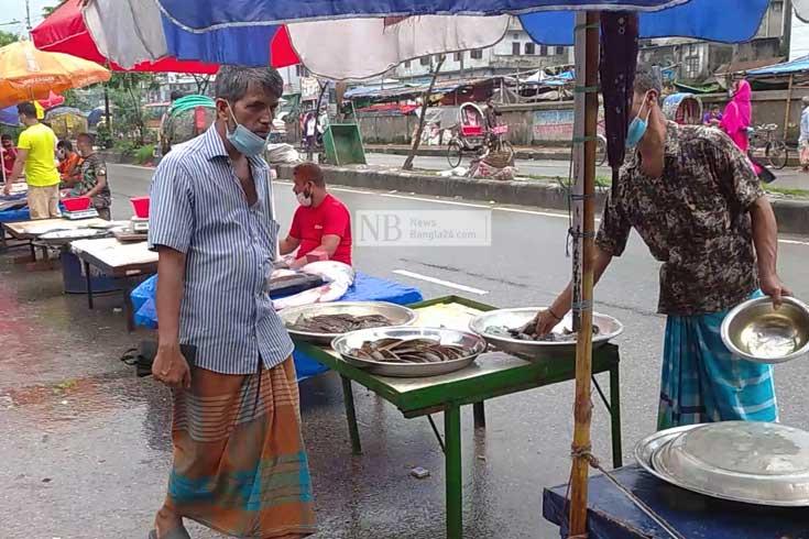 ক্রেতা কম, কাঁচাবাজারের ব্যবসায়ীরা বিপাকে