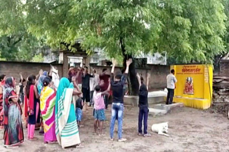 'করোনা দেবীর' কাছে প্রার্থনা গ্রামবাসীর
