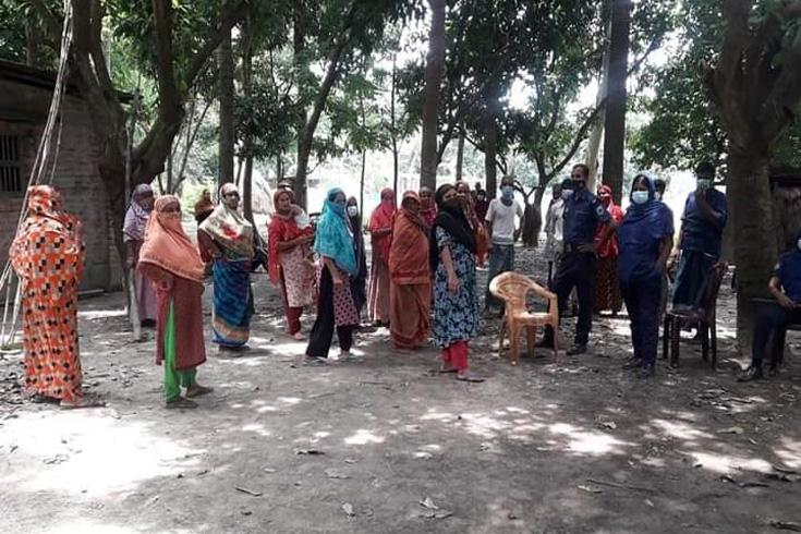 করোনা: তাড়িয়েছেন বাড়িওয়ালা,  আমবাগানে রাতযাপন