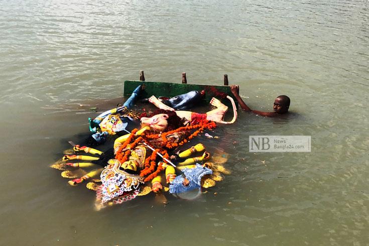 'দেবী' ফিরলেন দেবালয়ে