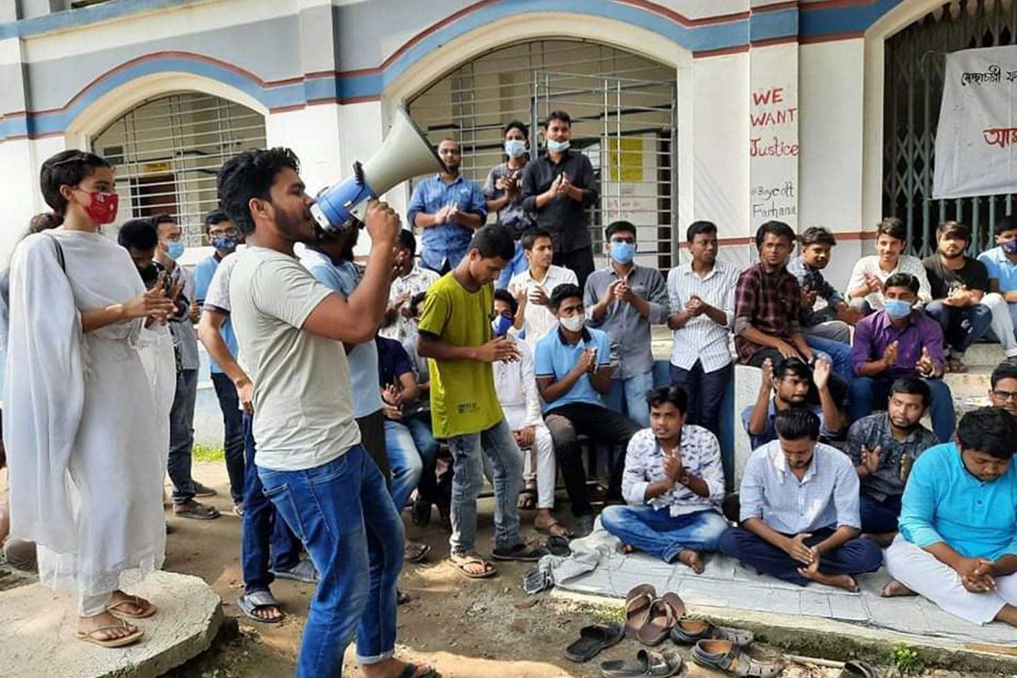 চুল কর্তন: মহাসড়ক অবরোধ করে আন্দোলনের চেষ্টা
