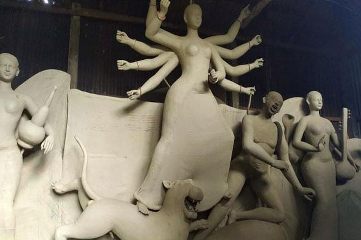 ধামরাইয়ে রং-তুলিতে দেবী দুর্গার আগমন প্রস্তুতি