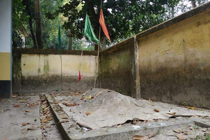 সরকারি অফিসে 'মাজার'
