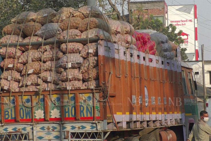 হিলিতে ভারতের পেঁয়াজ, একদিনে দাম কমল ১০ টাকা