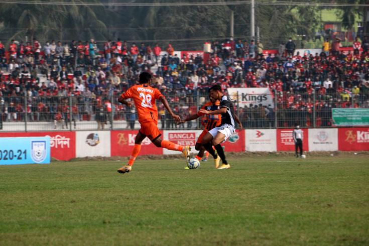 কুমিল্লায় ফুটবল দেখতে  উপচে পড়া দর্শক