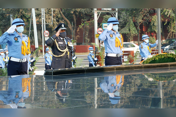 শিখা অনির্বাণে ভারতীয় বিমানবাহিনী প্রধানের শ্রদ্ধা