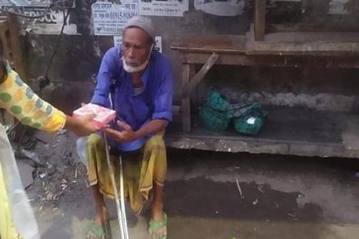 দরিদ্রদের খাবার দিচ্ছে জবি ছাত্র ইউনিয়ন
