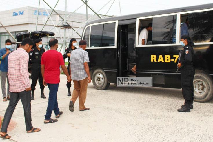 চট্টগ্রাম বিআরটিএতে র্যাবের অভিযান, আটক ২১ দালাল
