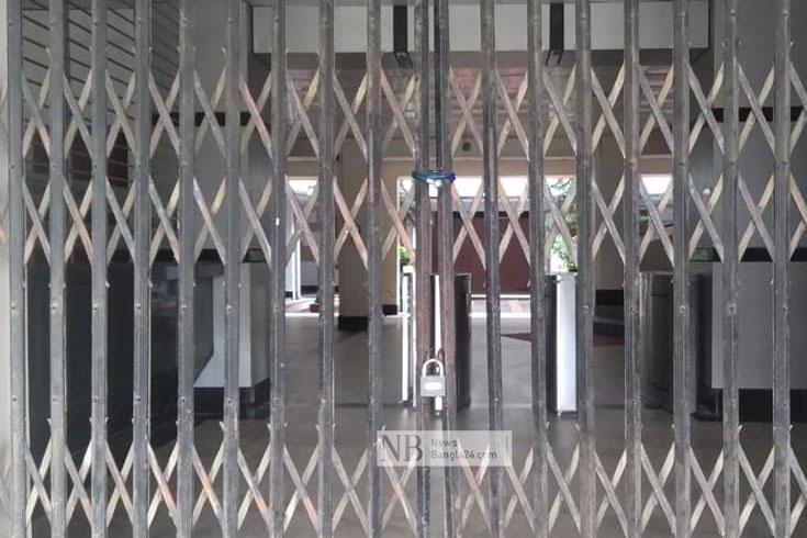 রাবি কোষাধ্যক্ষকে অবরুদ্ধ 'বিতর্কিত' নিয়োগপ্রাপ্তদের