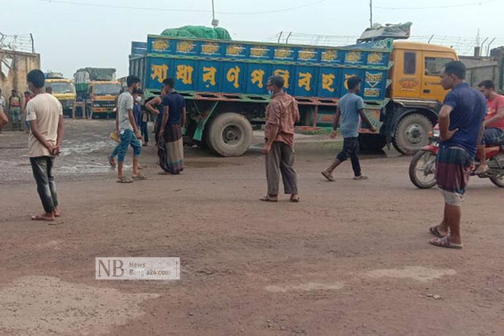 ভোমরা বন্দরে ভারতীয় ট্রাকচালকদের অবাধ চলাচল