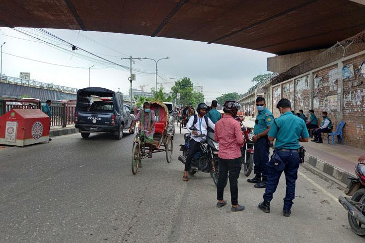 শাটডাউন: সড়কে গাড়ি কম, দাপট রিকশার