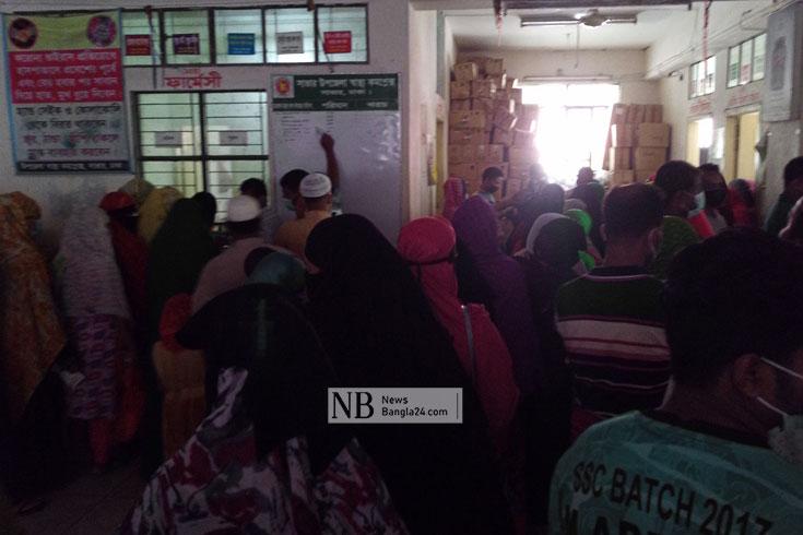 সাভার উপজেলা স্বাস্থ্য কমপ্লেক্সে উপচে পড়া ভিড়