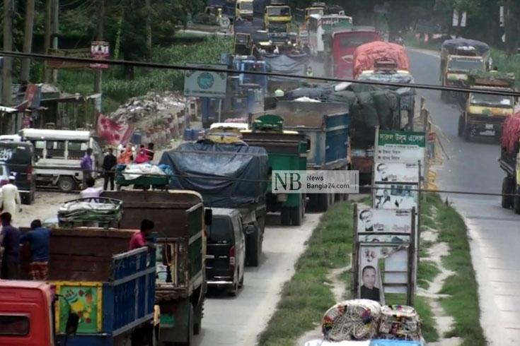 ঢাকা-টাঙ্গাইল মহাসড়কে ট্রাকের রাজত্ব