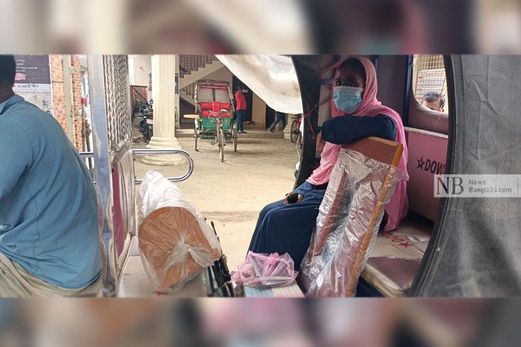 দুস্থদের সেলাই মেশিন পেলেন 'স্বচ্ছলরা'