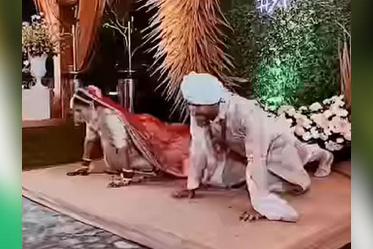 বিয়ের আসরে বুকডন দিয়ে ভাইরাল বর-কনে