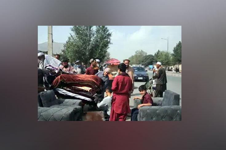 নগদ অর্থ নেই, ঘরের জিনিসপত্র বিক্রি করছেন আফগানরা
