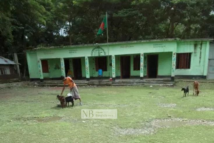 জোয়ারে ভোটকেন্দ্রে হাঁটু পানি, সরানোর দাবি