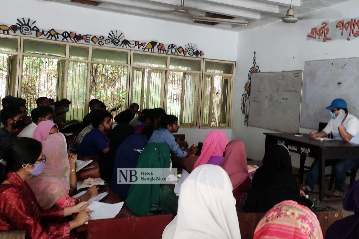 চট্টগ্রাম বিশ্ববিদ্যালয়ে শ্রেণিকক্ষে ফিরল শিক্ষার্থীরা