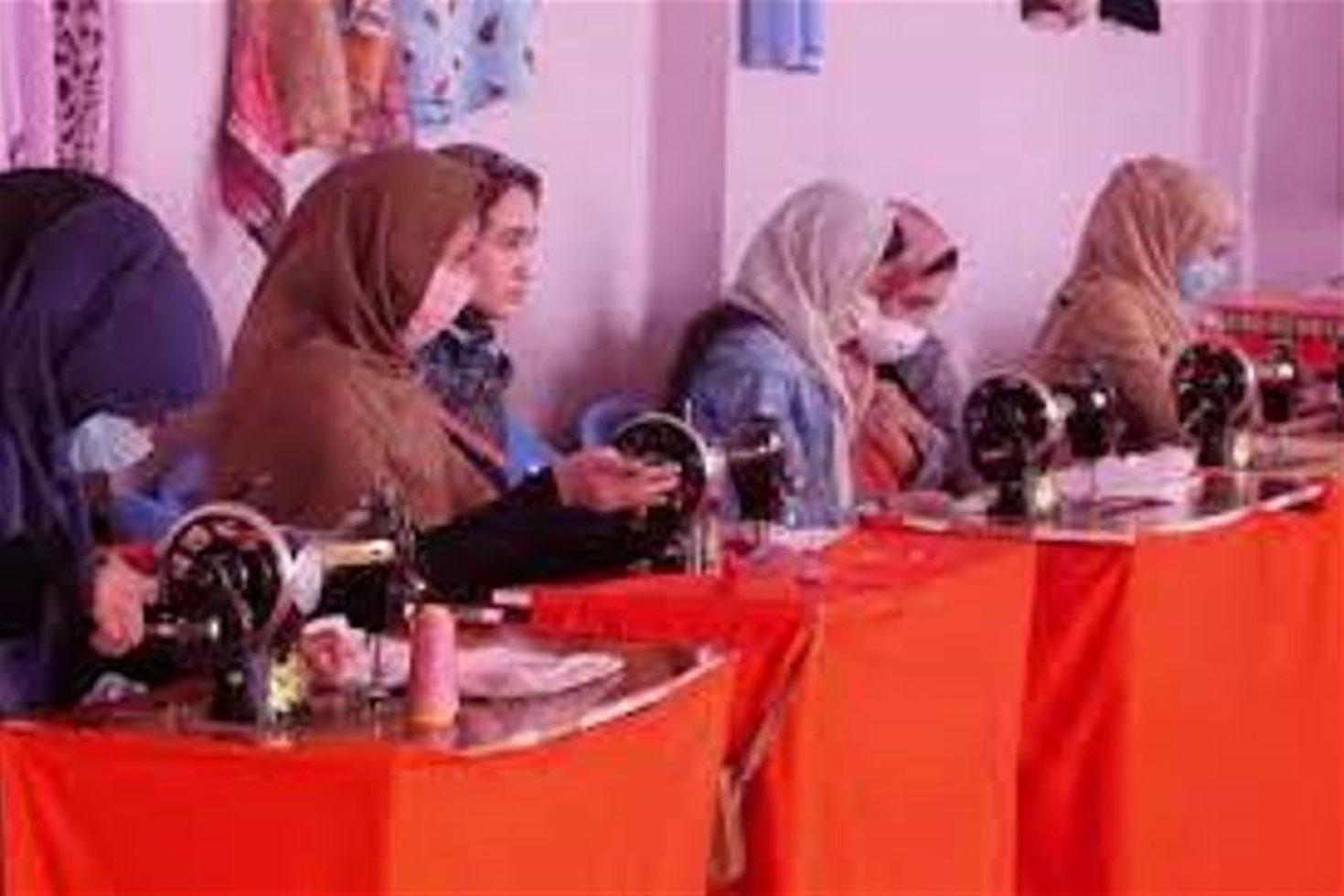 স্কুলে যাওয়া বন্ধ, ব্যবসা শিখছে আফগান কিশোরীরা