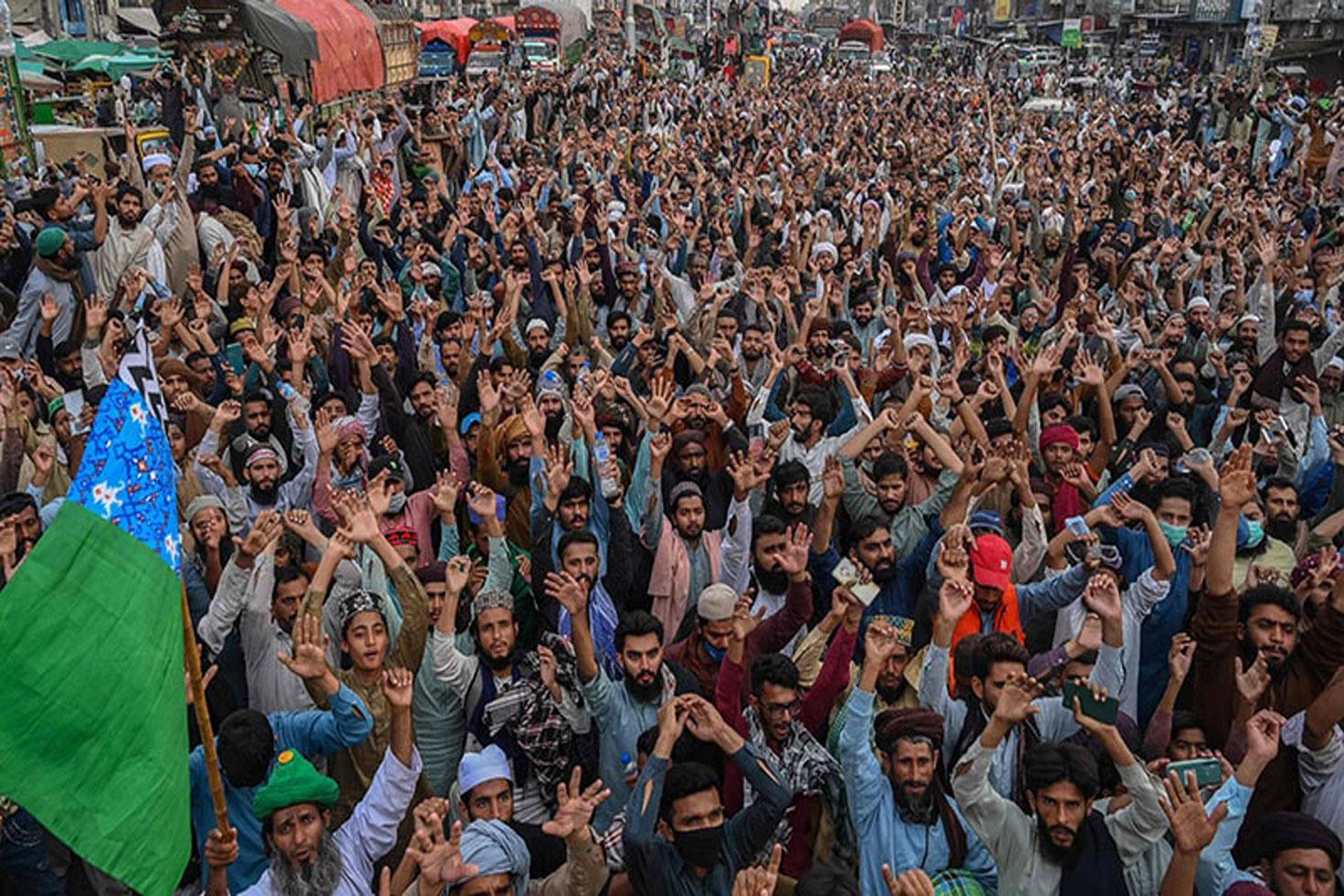 ইসলামপন্থিদের সামনে 'নত' ইমরান সরকার, ৩৫০ বন্দি মুক্ত